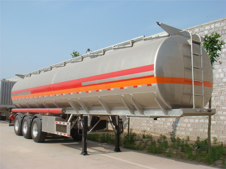 半挂油罐车油罐展示图6