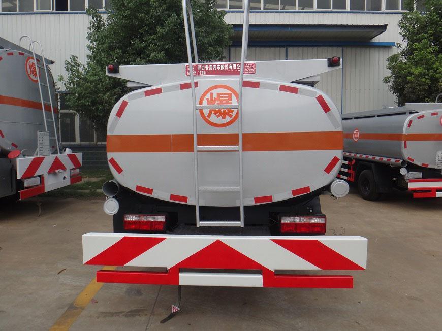 东风多利卡8吨油罐车后方展示图