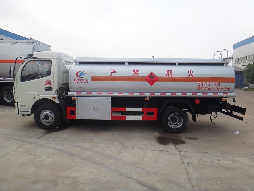 东风多利卡8吨油罐车左面展示图