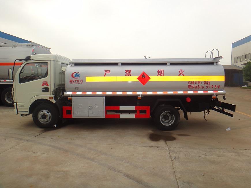 东风多利卡8吨油罐车右面展示图