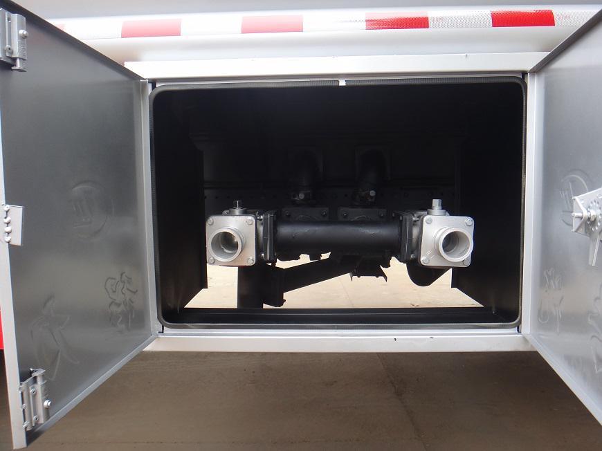 风劲卡5吨油罐车出油口展示图