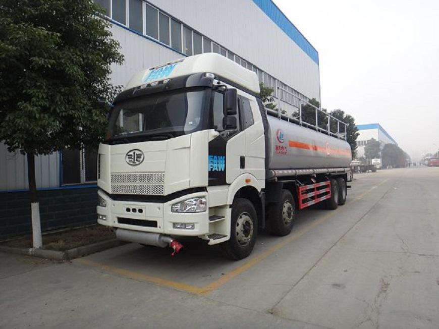 解放J6-16吨油罐车左前侧展示图