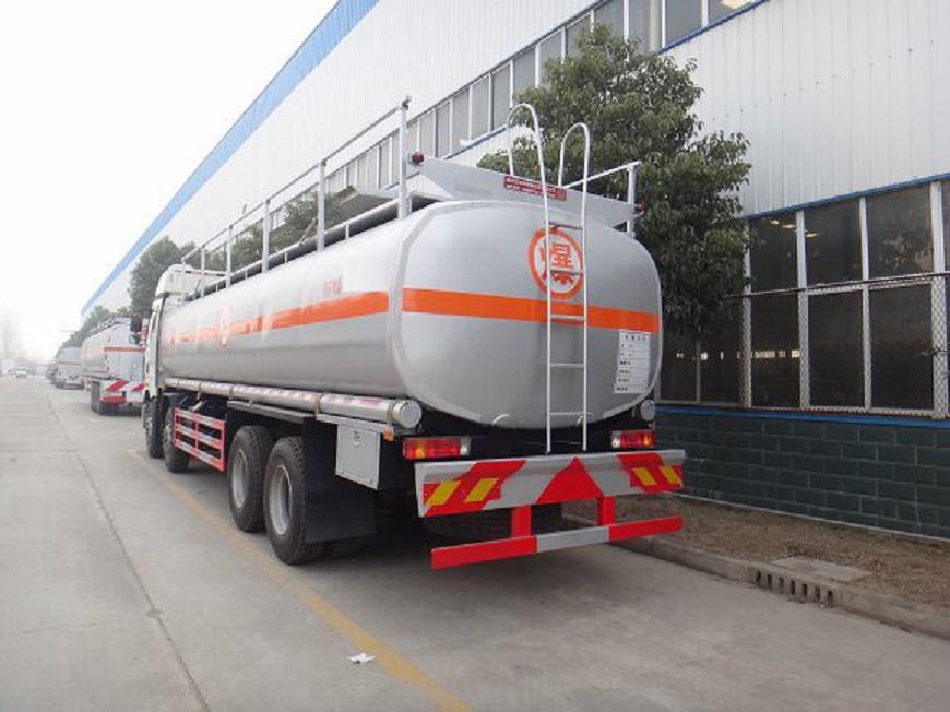 解放J6-16吨油罐车后侧展示图
