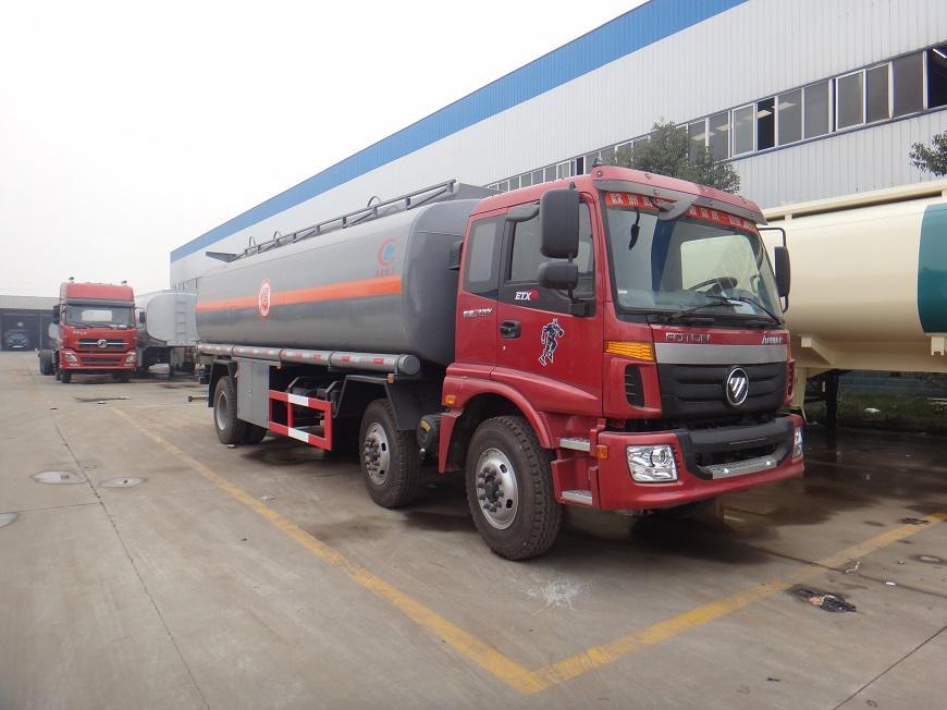 欧曼20吨油罐车右前方展示图