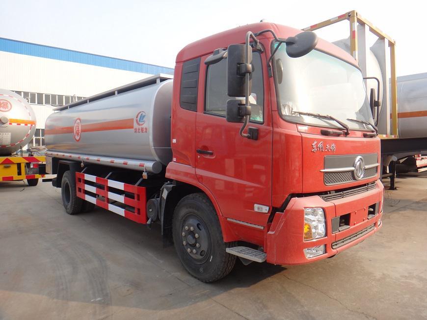 东风天锦15吨油罐车右前侧展示图