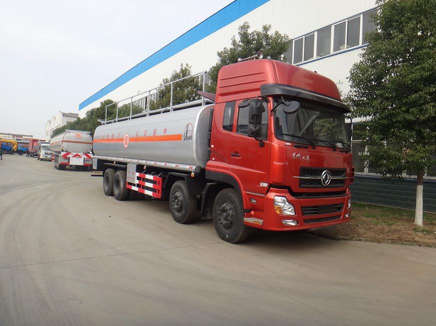 东风天龙25吨油罐车右前侧展示图