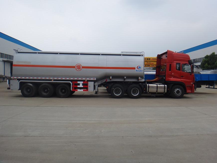 东风天龙半挂33吨油罐车右方展示图