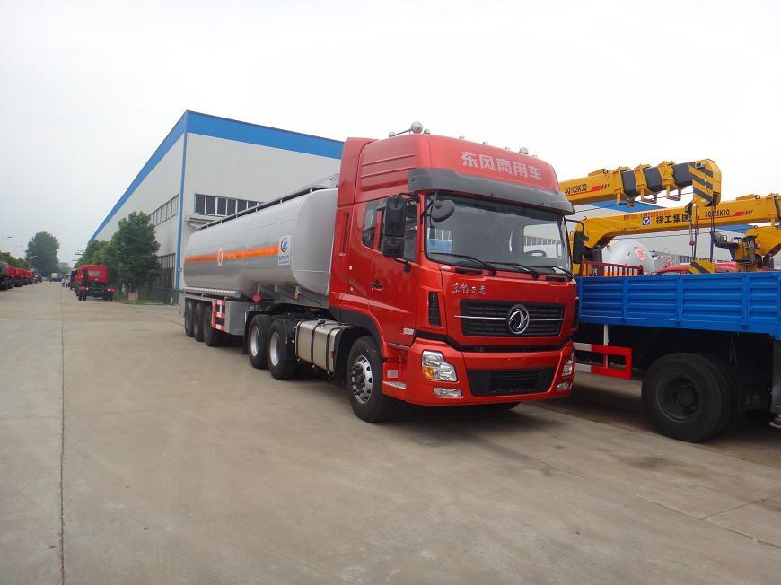 东风天龙半挂33吨油罐车右侧方展示图