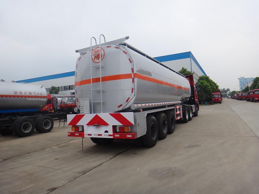 东风天龙半挂33吨油罐车左后方展示图