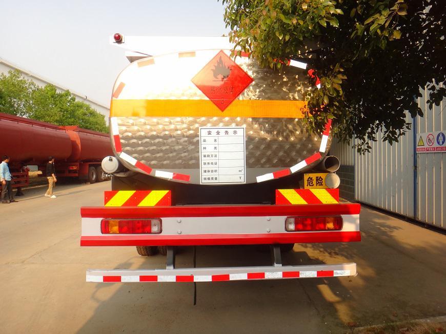 欧曼国四10吨油罐车后方展示图
